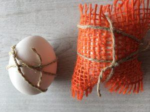 Eier mit Schnüren und Borten umwickeln