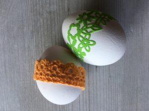 Mit Borten umwickelte Eier