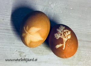 Eier mit Zwiebelschalen gefärbt